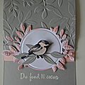 Carte petit oiseau sur un cadre fleuri