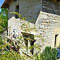 Contraste des matières de bois et de pierre en architecture