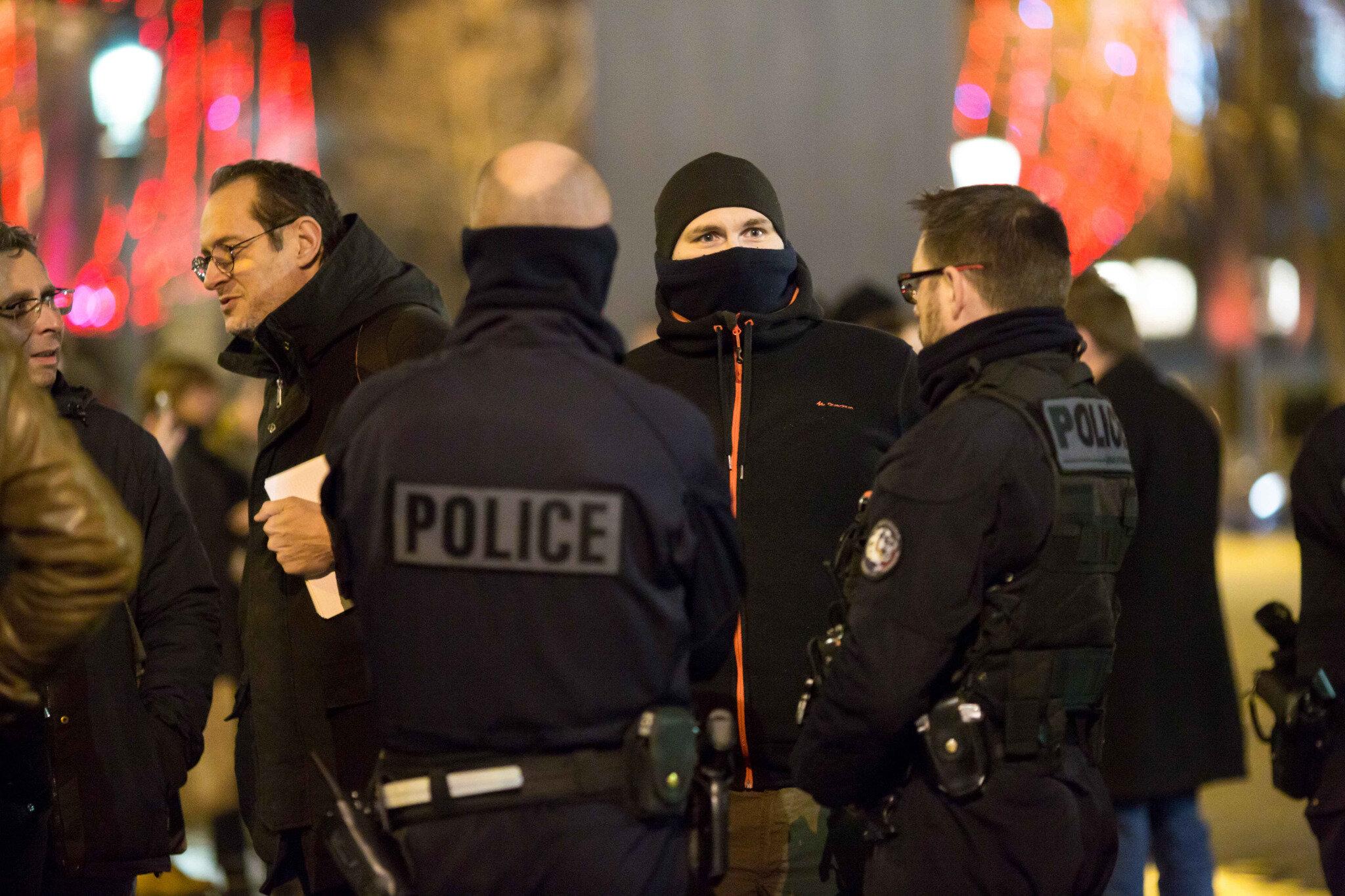 Les « gyros bleus » sur les Champs-Élysées. © Michel Stoupak. Jeu 20.12.2018, 21h10m37.