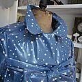 Ciré en coton enduit bleu parsemé d'étoiles - fermeture par noeud sur le devant (3)