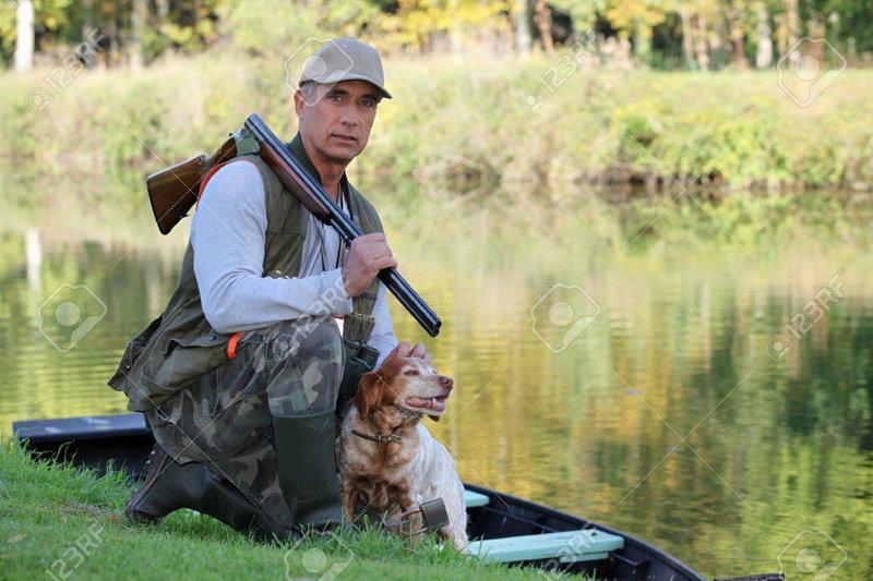 un-chasseur-et-son-chien-par-une-rivière-