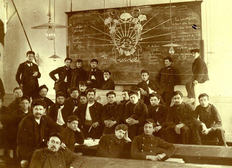 43- Salle de cours, tableau du 43, 1905-1908 - 28 personnes avec Longuet noté au tableau