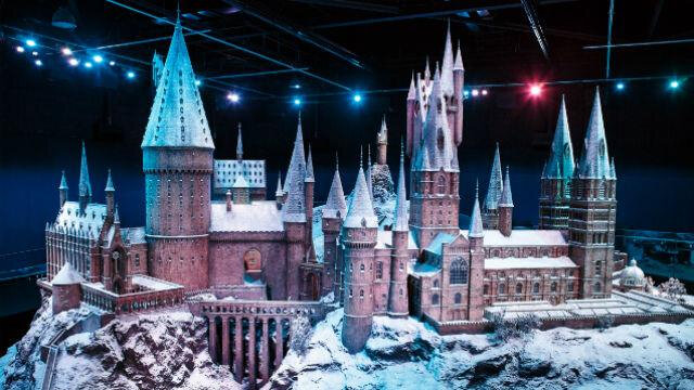 hogwarts-in-the-snow-at-warner-bros-studio-tour-london-the-making-of-harry-potter_hogwarts-in-the-snow-tm-and-warner-bros-entertainment-inc-harry-potter-publishing-rights-jkr_1ad6946d0d4d45e226c774b8e4c95e96