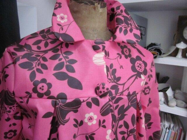 Ciré AGLAE en coton enduit rose tyrien fleuri fermé par 2 pressions cachés sous 2 gros boutons recouverts dans le même tissu (7)
