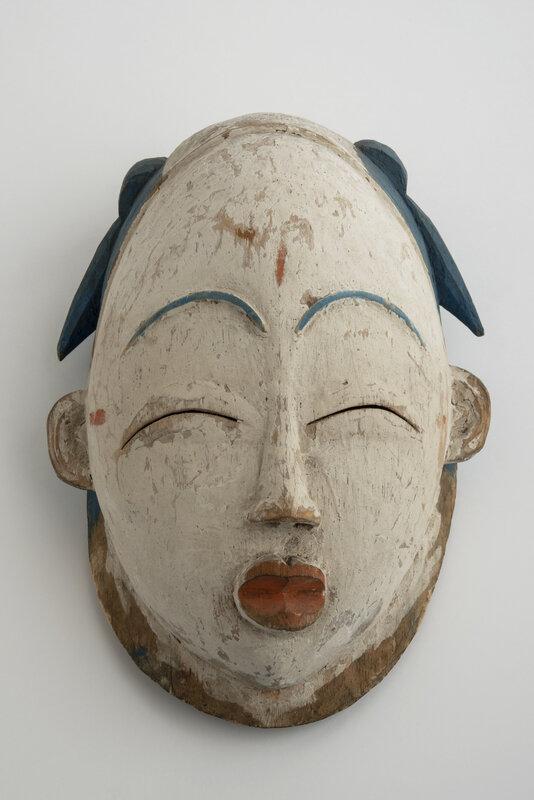 exposition-afrique-en-couleurs-masque-de-danse-okuye-premiere-moitie-du-20e-siecle-gabon-don-de-raphael-antonetti-photographie-olivier-garcin-musee-des-confluences-1600x0
