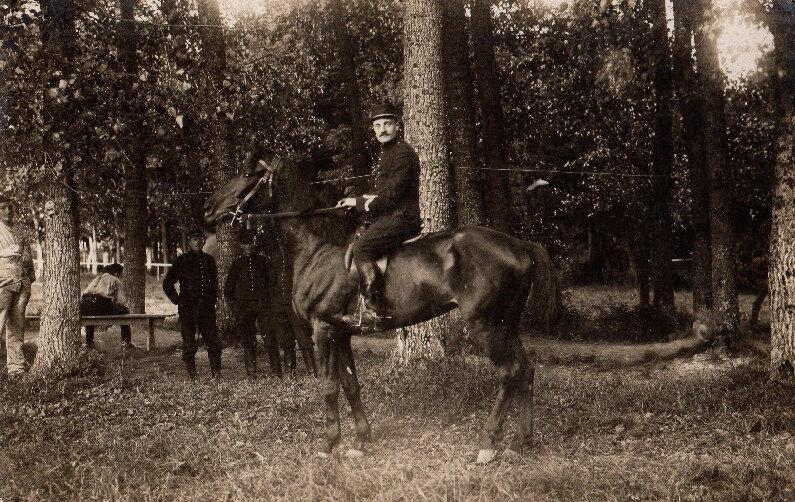 Maréchal-des-logis à cheval, peut-être Camp de Satory, Versailles
