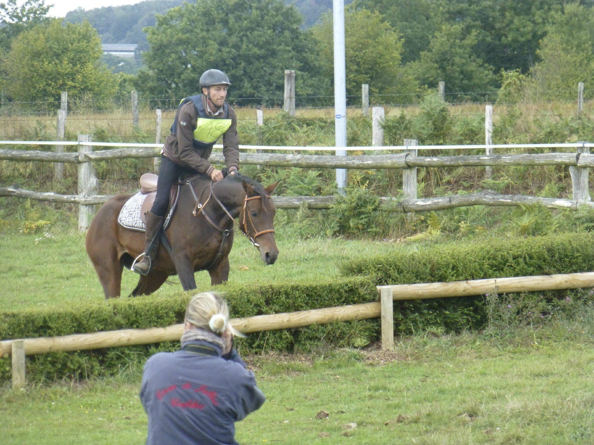 108 Jean-Michel tente la petite haie pour son jeune cheval