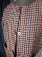 Manteau GISELE en toile polyester imprimé pied de poule kaki et orange - Doublure de satin orange - fermé par 3 pressions dissimulés sous 3 gros boutons recouverts (11)