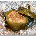Poivrons verts farcis à la tomate et à la fêta cuits au barbecue