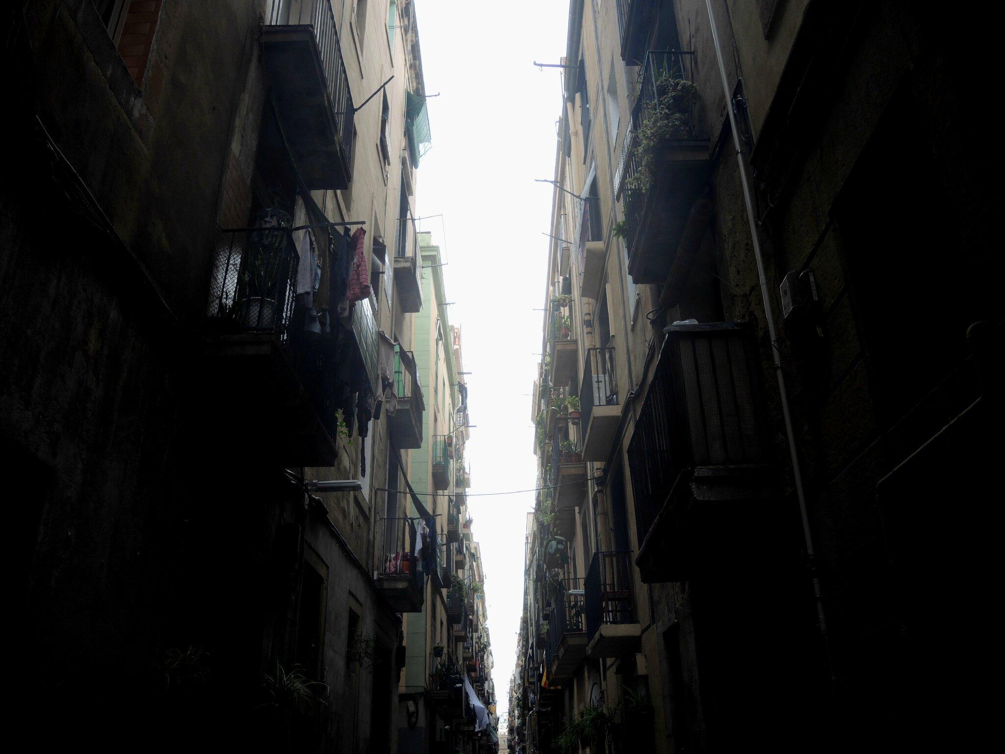 Barcelone, quartier gothique, ruelle (Espagne)