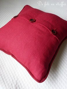 Coussin brodé rouge 8