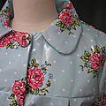 Ciré AGLAE en coton enduit ciel à pois blancs et bouquet de fleurs fermé par 2 pressions dissimulés sous 2 gros boutons recouverts dans le même tissu (4)