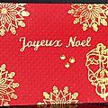 Carte de noël en rouge et or avec flocons dorés et père noël musicien