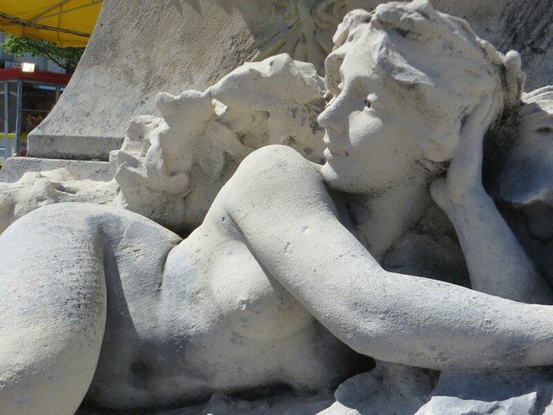 Statue, place Jean-Jaurès à l'Isles-sur-la-Sorgue