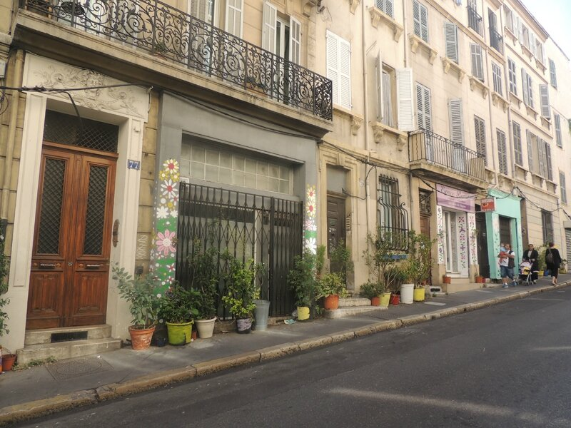une rue fleurie
