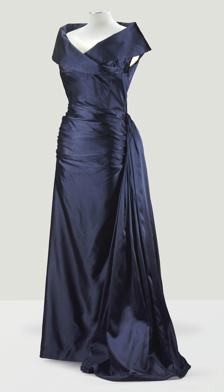 Balenciaga Haute Couture, 1948. Robe de grand soir drapée en satin duchesse midnight blue