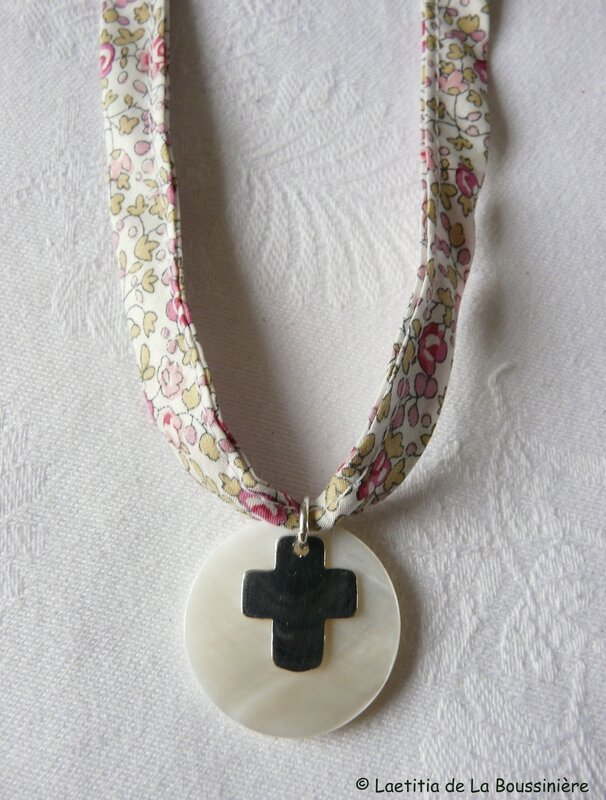 Collier de Communion (sur ruban Liberty Eloïse rose)