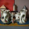 Un château fort comme si on y était... et un très beau jouet pour enfant probablement de la marque starlux !