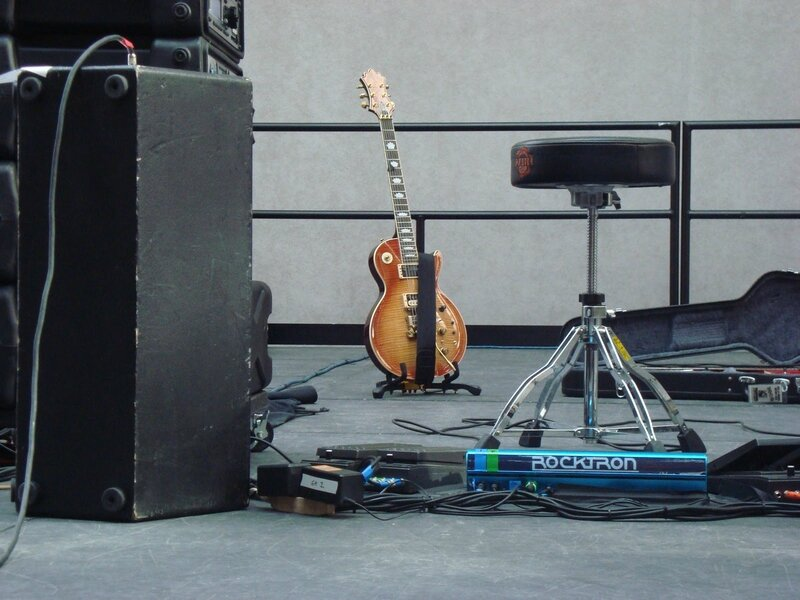 8-monitor-guitar-stool-effects