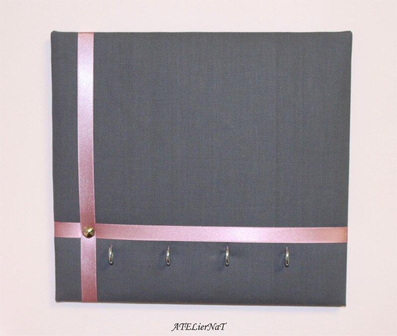 Porte-clé gris ruban rose petit carré4