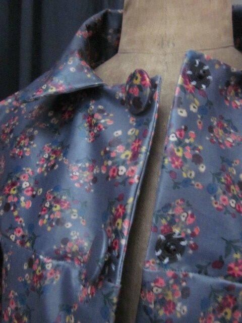 Ciré AGLAE en coton enduit gris fleuri fermé par 2 pressions dissimulés sous 2 boutons recouverts dans le même tissu (3)