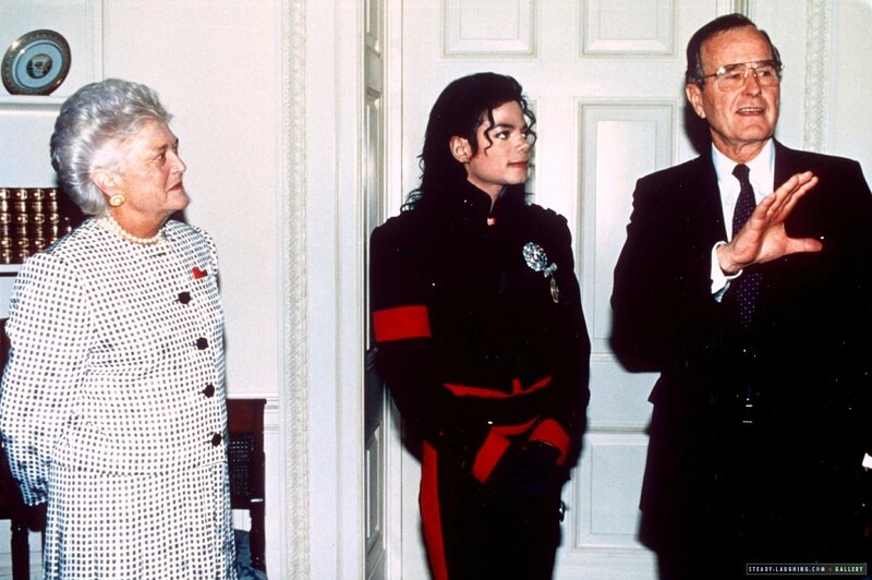 after-being-honored-by-the-museum-of-children-as-the-entertainer-of-the-decade-president-george-bush-personally-congratulates-michael-at-the-white-house(50)-m-10