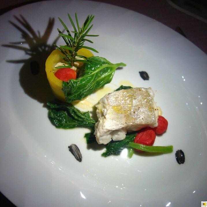 Merlu cuit au bain-marie à l'huile d'oisive et au citron, tomates Date fumées, feuilles de courgettes sautées et légèrement épicées (1)