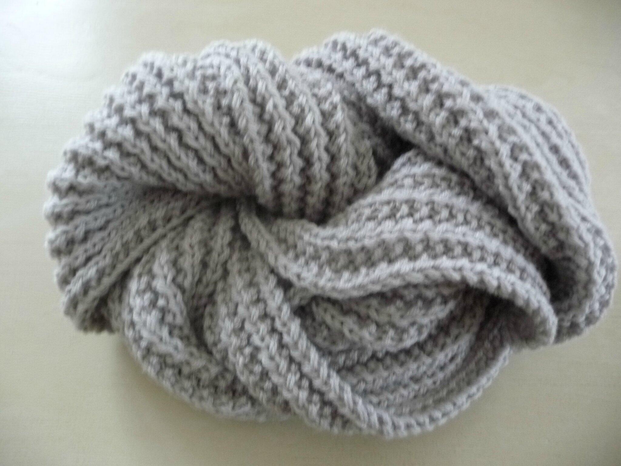 cc1d652009f Une écharpe gris tourterelle pour lui ou elle! - La Malle aux Mille ...