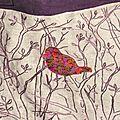 Détail sac brodé et oiseau appliqué
