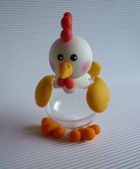 Poule en porcelaine froide sur boule en plastique
