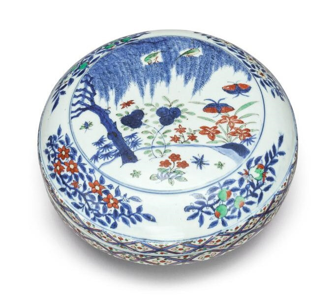 A wucai 'garden' circular box and cover, Wanli mark and period (1573-1619)