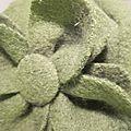 Chapeau AGLAE en laine bouillie vert avec fleur - doublure de lin noir (1)