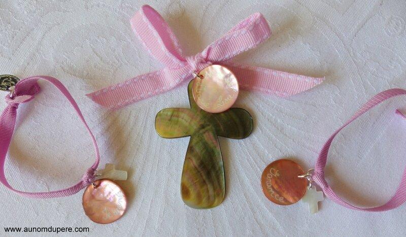 Croix en nacre personnalisé (32 €) et bracelets sur ruban élastique, médaille en nacre gravée et mini Croix en nacre (15 €)