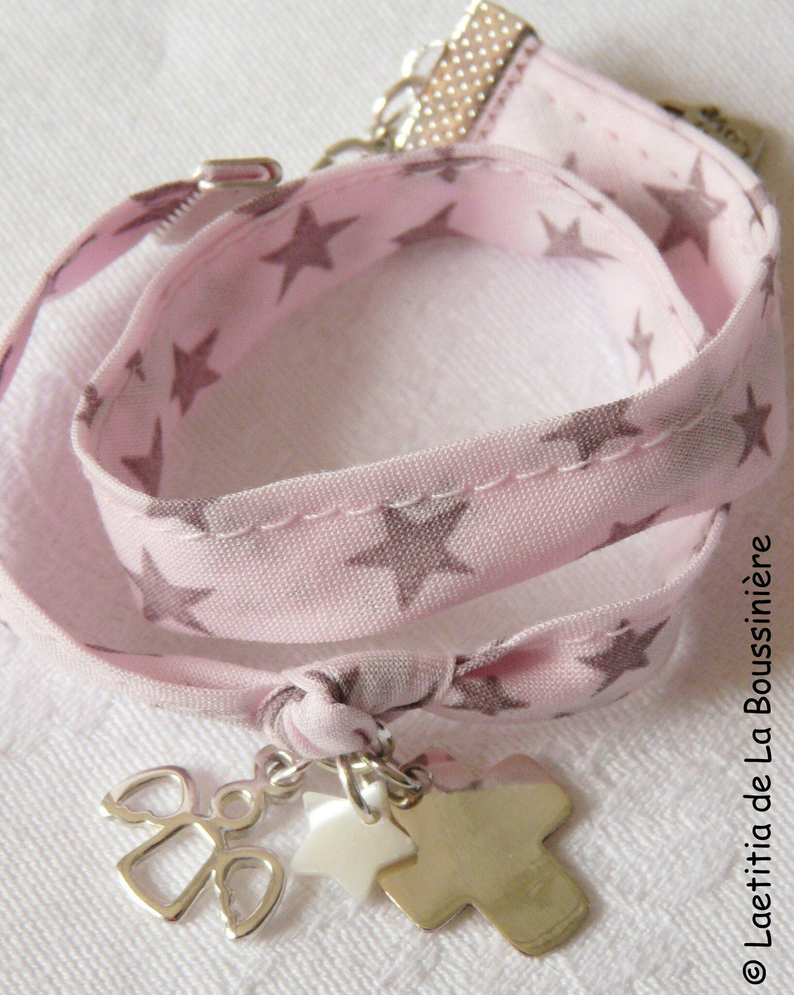 Bracelet Ange Gardien (sur ruban rose étoiles tourterelles) ; pendentif ange ajouré - 58 €