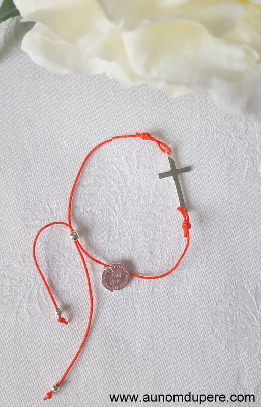 Bracelet Croix sur cordon (corail) - 25 €