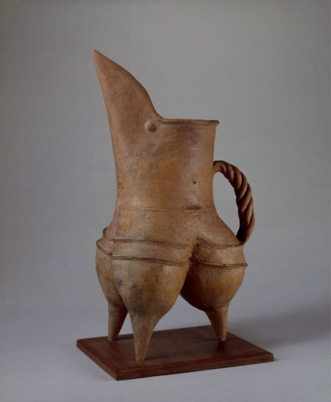 Red pottery gui-tripod or pitcher, Neolithic, Longshan culture (3000 BC - 1900 BC), Shandong Province, high 39cm, caliber 12cm, foot 14cm