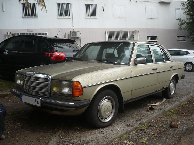 MERCEDES 200 W123 berline Saint Denis (1)