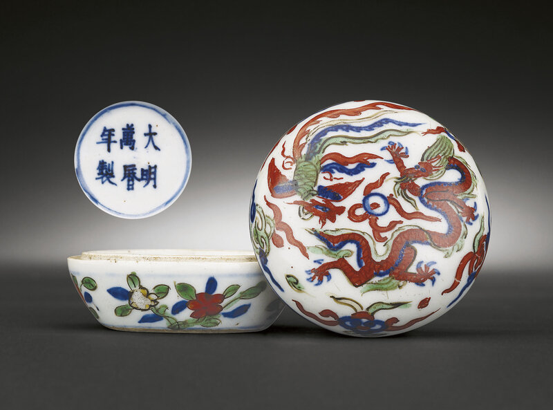 A very rare wucai 'dragon and phoenix' seal paste box and cover, Wanli six-character mark and of the period (1573-1620)