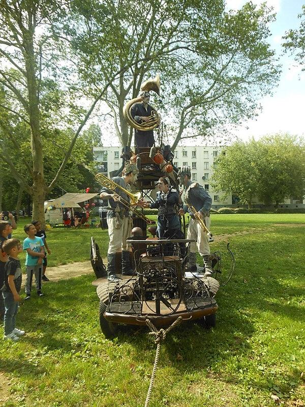Quartier Drouot - Fête estivale Navig'ARTS spectacle de rue 2