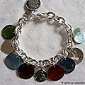 Bracelet sur chaîne plaqué argent ovale, médailles gravées en nacre et breloques en argent massif