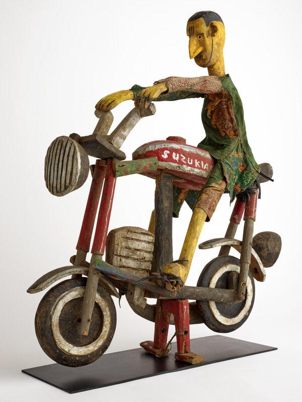 exposition-afrique-en-couleurs-marionnette-motard-fin-du-20e-siecle-mali-culture-bozo-malinke-ou-bamana-don-darmand-avril-photographie-musee-des-confluences-olivier-garcin-1600x0