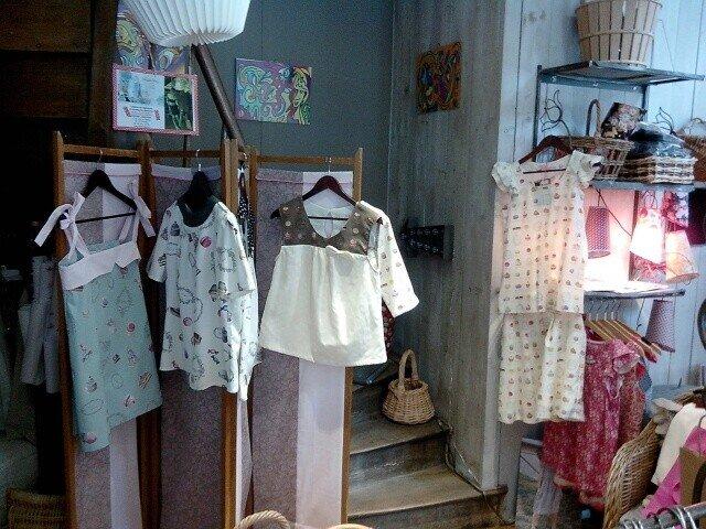 Les hauts et boucles d'oreilles sont en vente à la boutique Besoin d'Envies de Vayrac