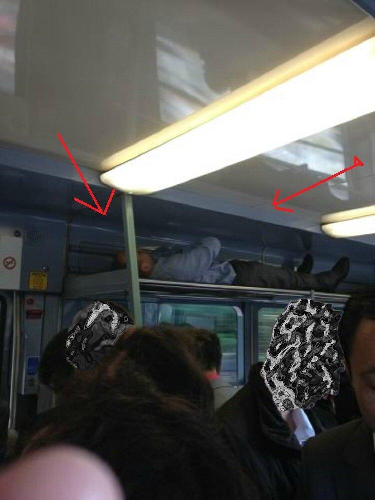 Homme dormant dans train