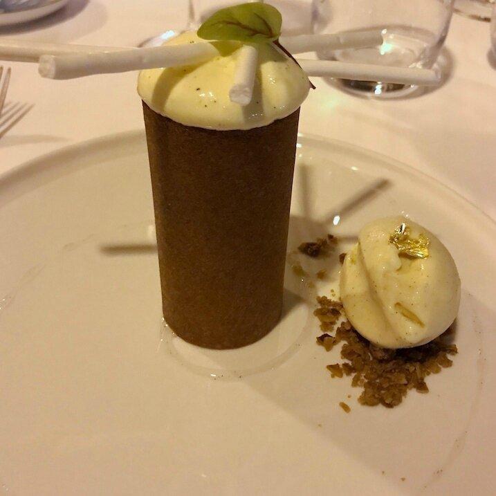 La vanille, espuma Madagascar tonka, tubes croustillants, pignons caramélisés (2)