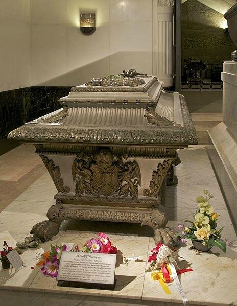 464px-Sarcophagus_Elisabeth_Sisi_Kapuzinergruft_Vienna[1]