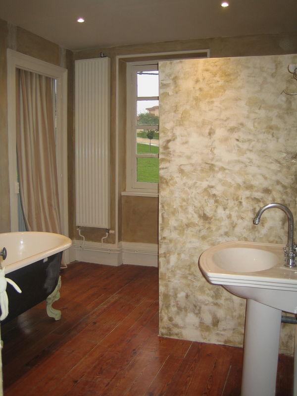 De La Chaux Et Du Stucco Dans La Salle De Bain La Peinture Dans - Salle de bain a la chaux