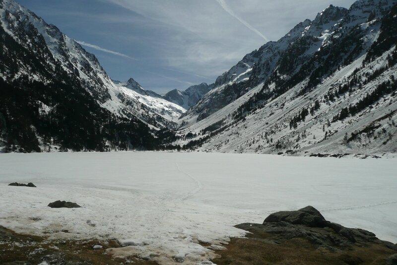 Lac de Gaube gelé (1725m) et Vignemale au fond
