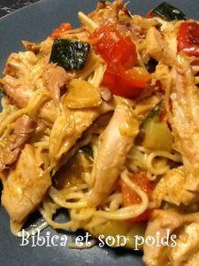 Poulet fumé et légumes au curry rouge et nouilles chinoises gros plan