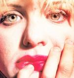 courtney_love-1993-03-29-by_kevin_cummins-1-3b