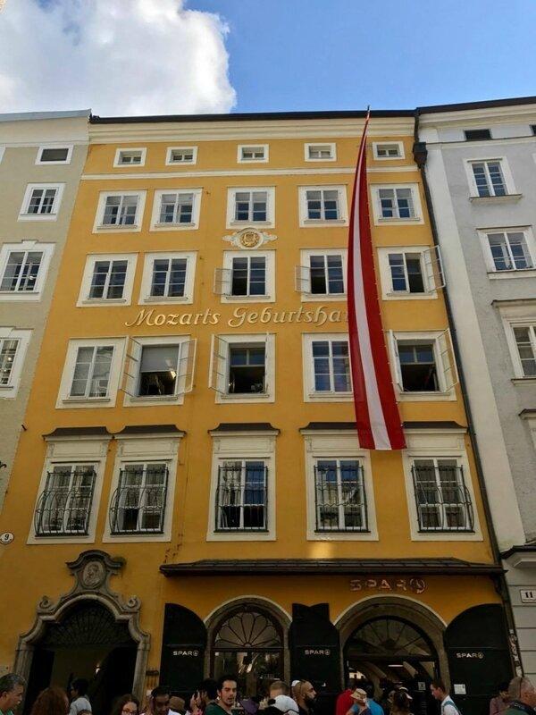 Maison natale de Mozart et le peuple